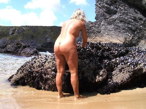 <H6><font color=white>lisasparrow35  <i>Nue sur la plage</i></H6>